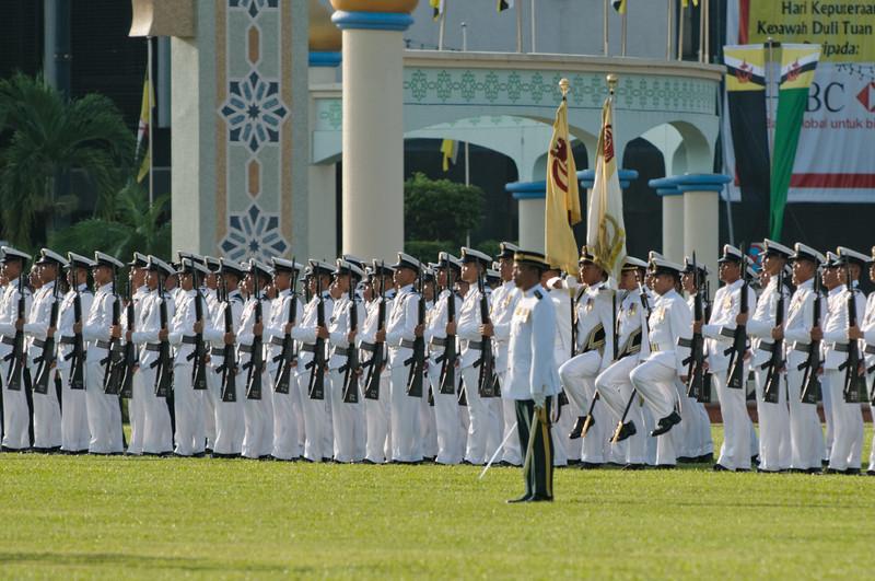 Die Veranstaltung in Bandar ist mehr eine Militärparade, währen die Feiern in den anderen Landesteilen mehr folkloristisch geprägt sind.