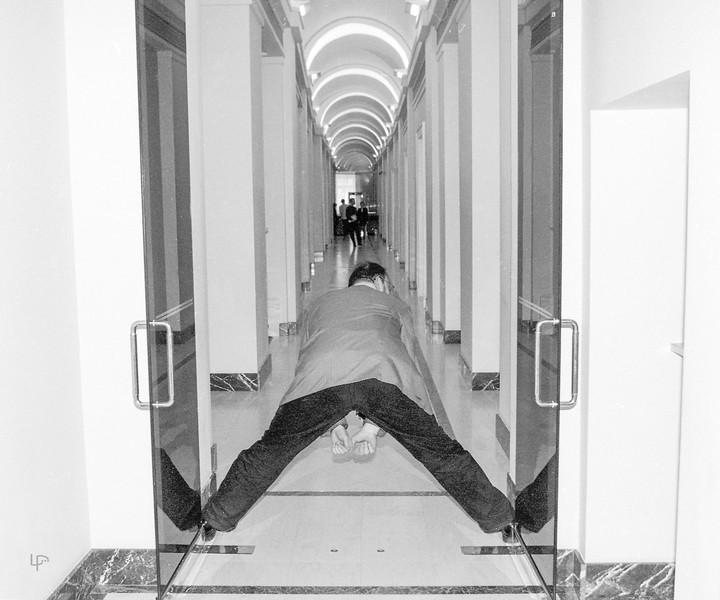 Žurnalisto Audriaus Bačiulio pasimankštinimai Prezidentūros koridoriuje