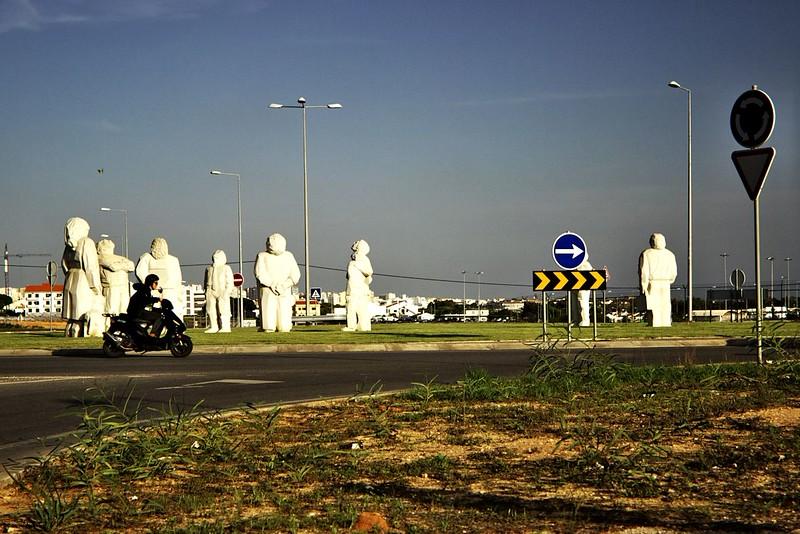 Pozoruhodné sochy na kruhovém objezdu u letiště Faro. Všechny vzhlíží vzhůru na přistávající a odlétající letadla.