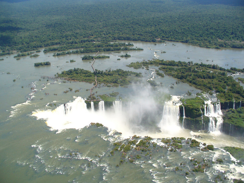 011 Iguacu Falls, 275 Falls, 3km large, Height 80 meters.jpg