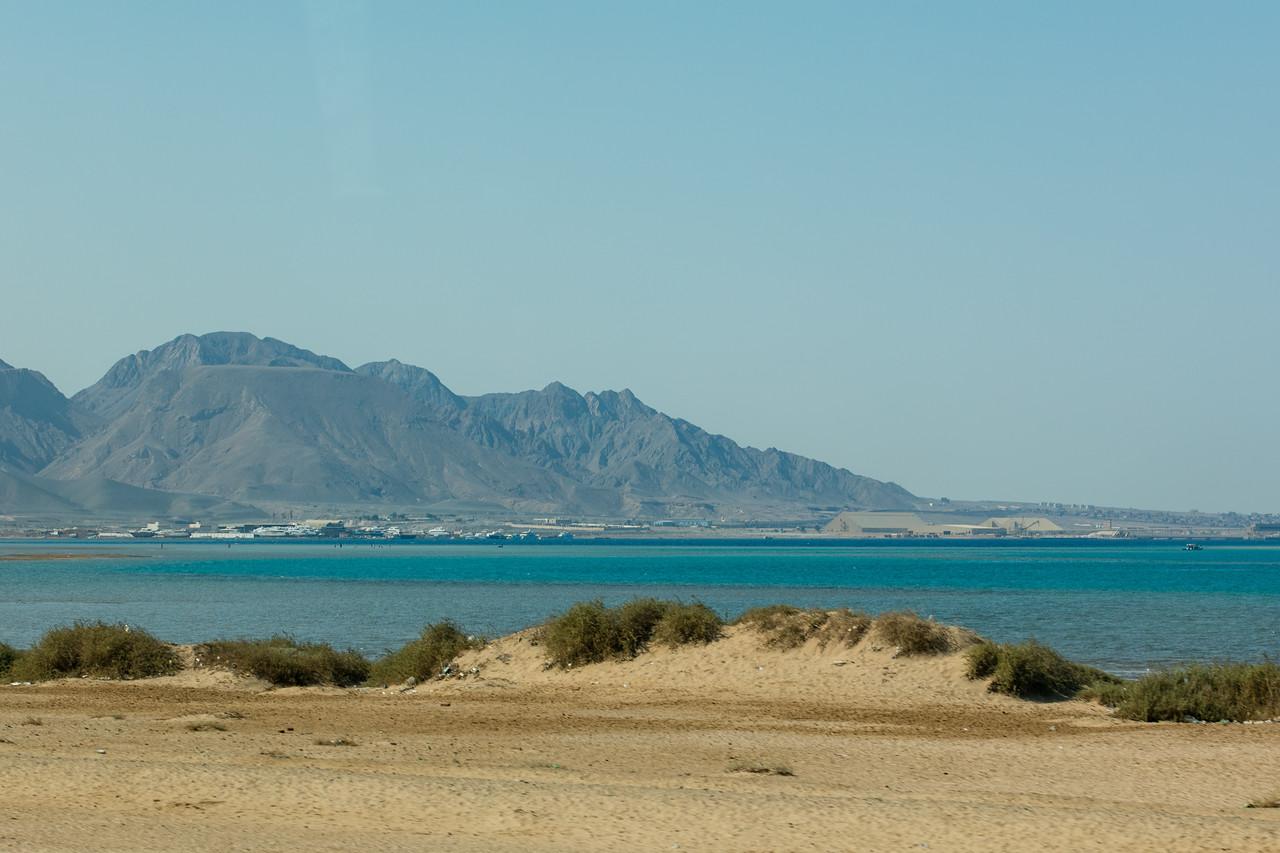 Egipt; Krajobraz; PrzezOknoAutobusu; Safari; pustynia; widok na drugą stronę zatoki