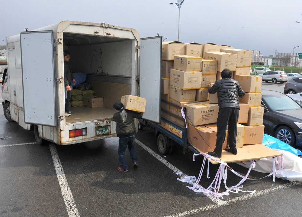 . South Korean workers deliver boxes from the Kaesong industrial complex inside North Korea, at a military checkpoint in Paju on April 9, 2013. North Korean workers boycotted work after Pyongyang suspended operations of the complex, upping the pressure on Seoul in an escalating military crisis.     KIM JAE-HWAN/AFP/Getty Images