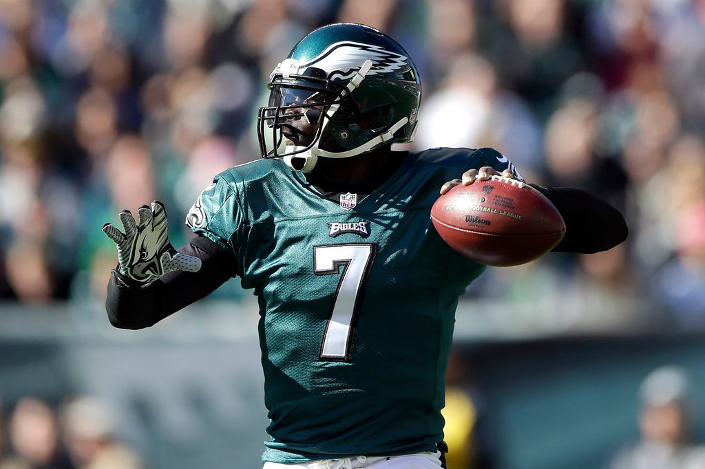 . Philadelphia Eagles\' Michael Vick (7) throws a pass during the first half of an NFL football game against the New York Giants on Sunday, Oct. 27, 2013, in Philadelphia. (AP Photo/Matt Rourke)