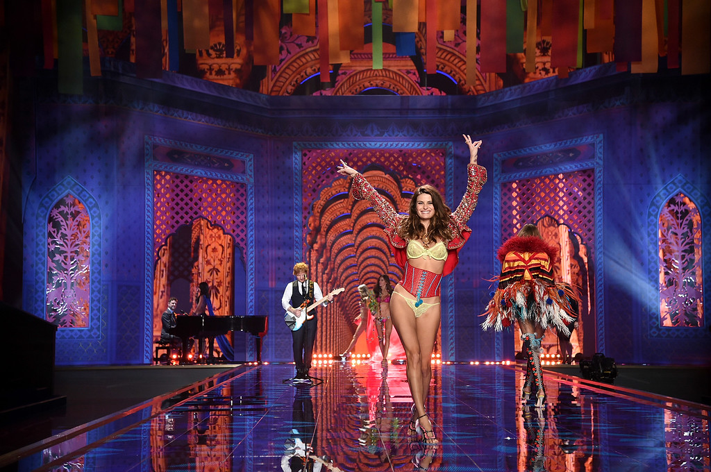 . Victoria\'s Secret model Isabeli Fontana walks the runway during the 2014 Victoria\'s Secret Fashion Show at Earl\'s Court exhibition centre on December 2, 2014 in London, England.  (Photo by Dimitrios Kambouris/Getty Images for Victoria\'s Secret)