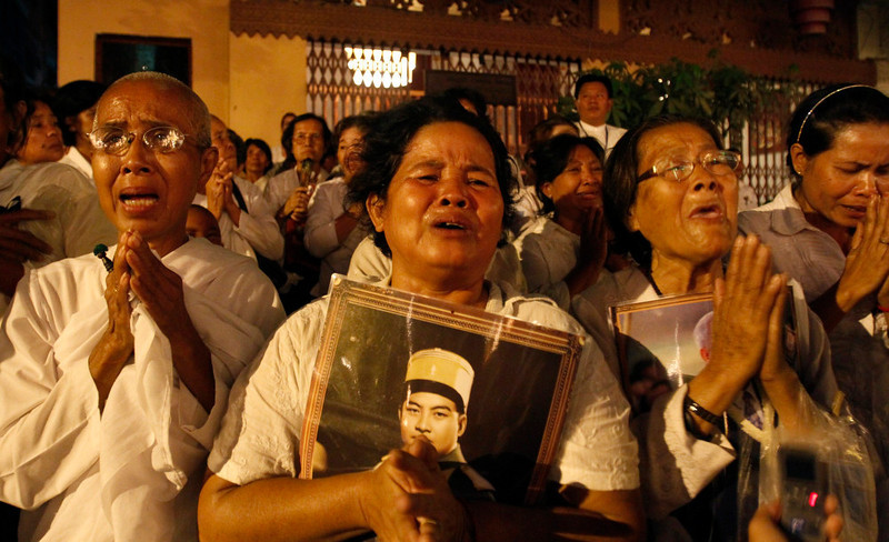 . Women cry during the cremation ceremony of Cambodia\'s late King Norodom Sihanouk in Phnom Penh February 4, 2013. Tens of thousands of Cambodians gathered on Monday to pay their last respects to former King Norodom Sihanouk, a quixotic and much-loved figure who reigned during the country\'s struggle for independence but was powerless to prevent decades of war. REUTERS/Samrang Pring
