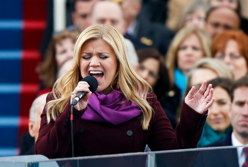 ". Kelly Clarkson sings ""My Country \'Tis of Thee\"" during swearing-in ceremonies for U.S. President Barack Obama on the West front of the U.S Capitol in Washington, January 21, 2013.  REUTERS/Jason Reed"