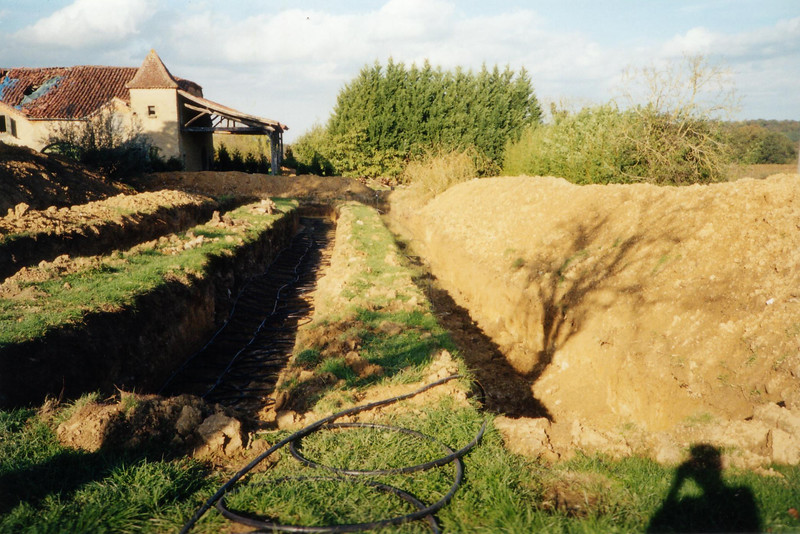 Slinkies in trench with earth mounds.JPG