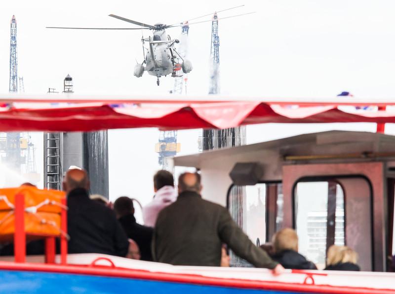 Hubschrauber SAR bei einer Übung auf der Elbe Hamburger Hafengeburtstag