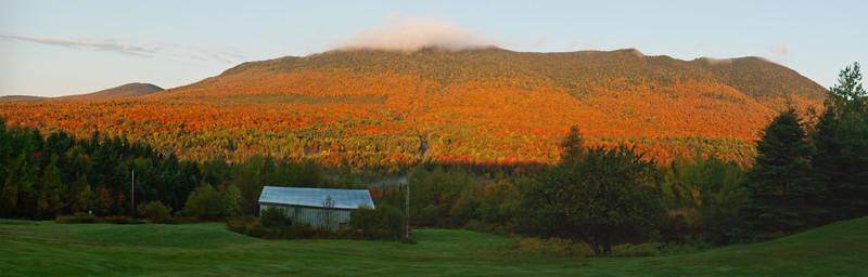 Mont St-Joseph en couleurs d'automne - Parc national du Mont Mégantic. Québec