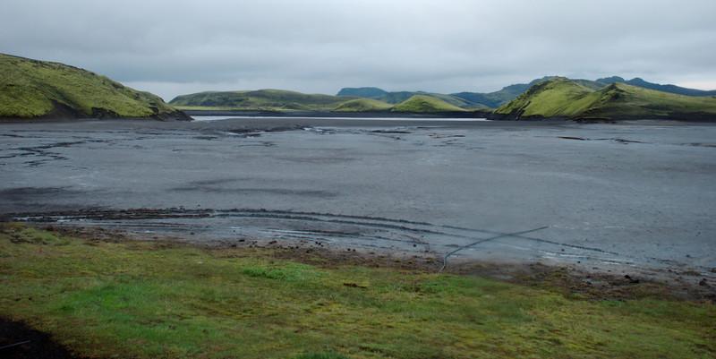 Við útivistarskálann við Sveinstind hefur Skaftáinn flædd vel inn að skálanum