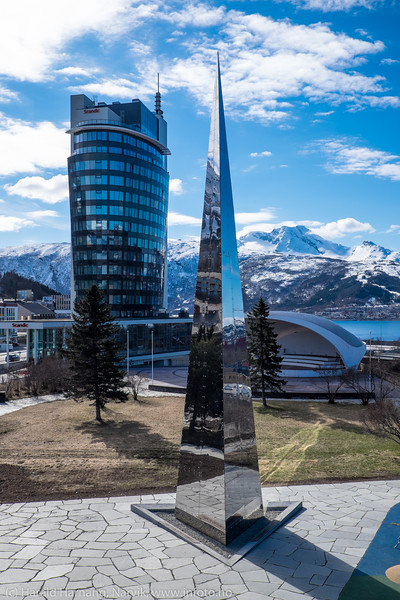 Scandic hotell og det nasjonale frihetsmonumentet ved lekeplassen rett sør for Det fjerde hjørnet på Narvik torg. 19. april 2016.