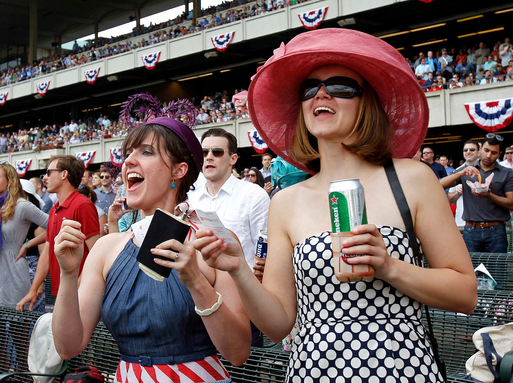 . Race fans cheer during a horse race ahead of the 145th running of the Belmont Stakes, the final leg of horse racing\'s triple crown, at Belmont Park in Elmont, New York, June 8, 2013.      REUTERS/Adam Hunger