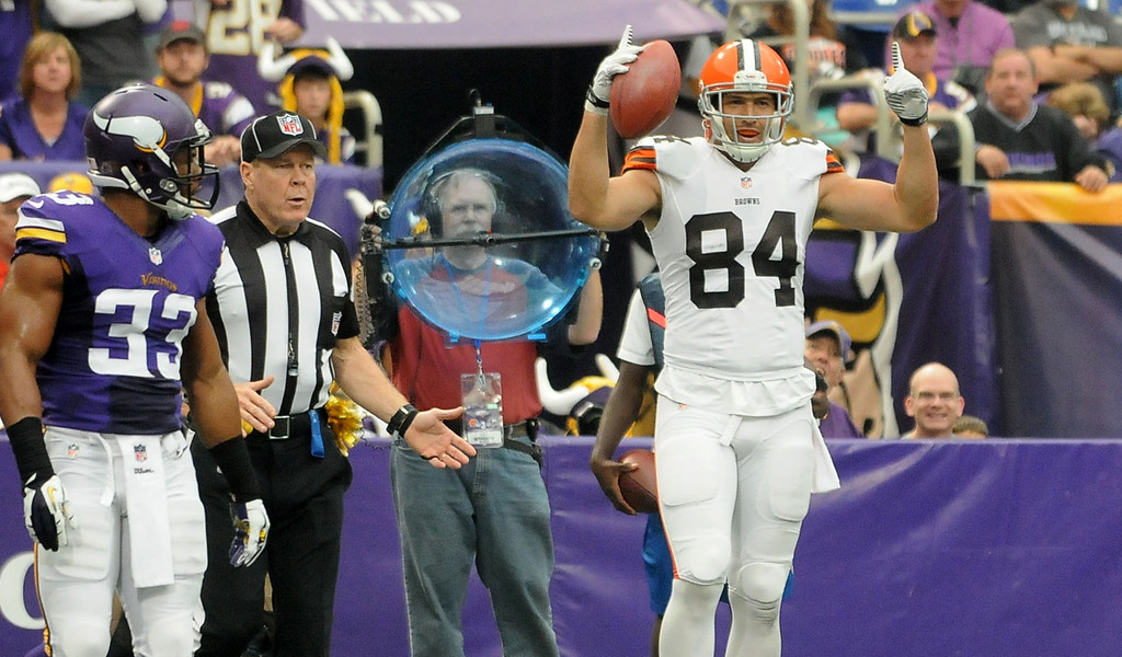 . Browns tight end Jordan Cameron signals a touchdown after his 11-yard touchdown reception, beating Vikings safety Jamarca Sanford, left, on the play during the second quarter. (Pioneer Press: Sherri LaRose-Chiglo)