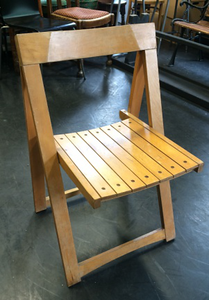 wooden-folding-chair-pale.png