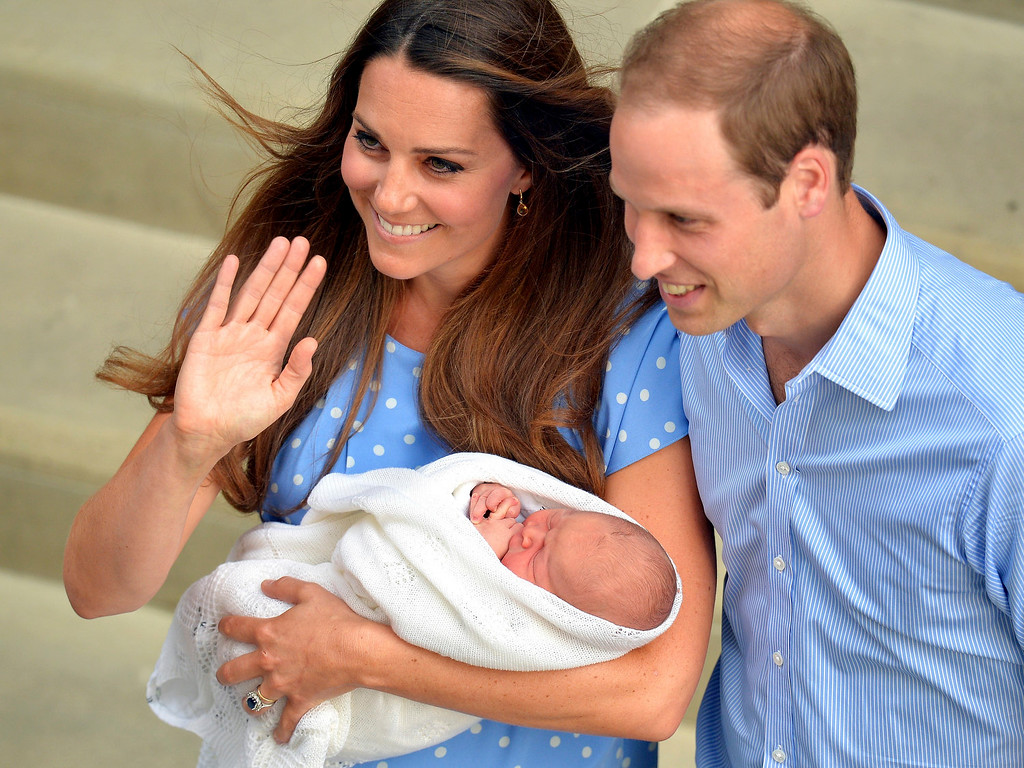 . Britain\'s Catherine, Duchess of Cambridge, holds her baby son outside the Lindo Wing of St Mary\'s Hospital before leaving with Prince William, in central London July 23, 2013. Kate gave birth to the couple\'s first child, who is third in line to the British throne, on Monday afternoon, ending weeks of feverish anticipation about the arrival of the royal baby.  REUTERS/John Stillwell/POOL