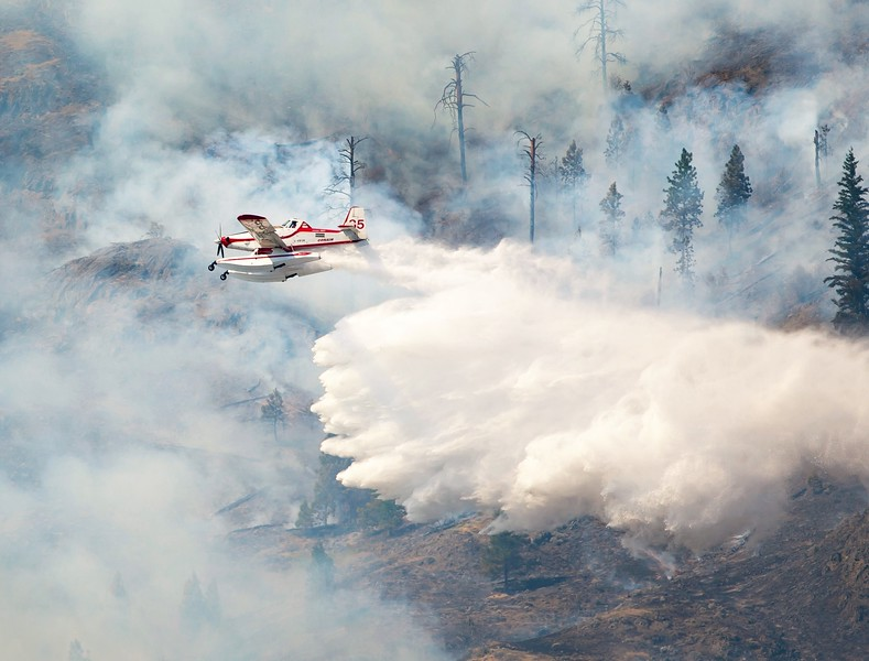 Air Tractor 802 amphibious Fireboss airtanker actioning the Shuswap Rd Fire in Kamloops, BC - photo by Bernie Hudyma.jpg