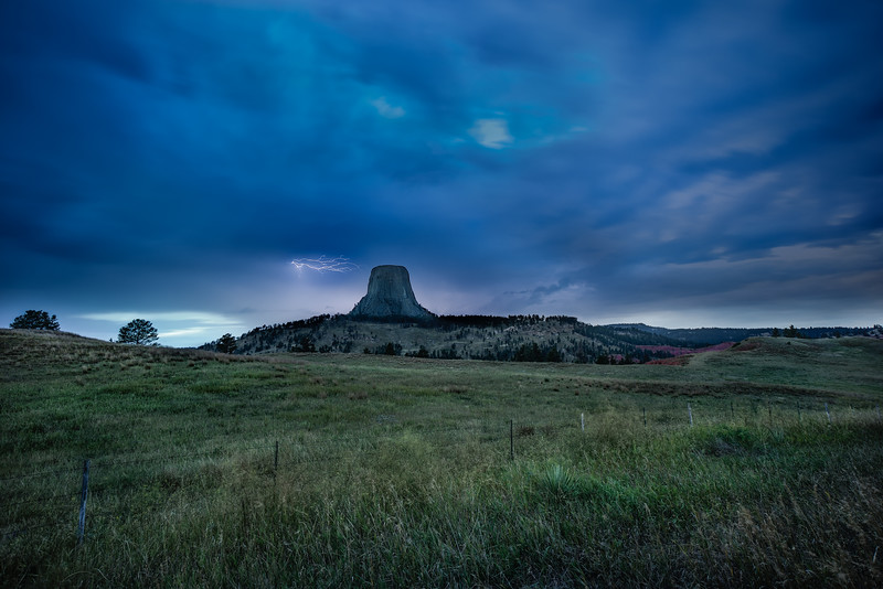 lightning strikes at devils tower