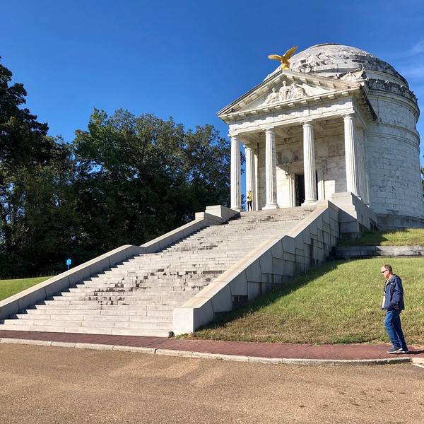 White monument with steps leading up to it in Vicksburg National Battlefield.