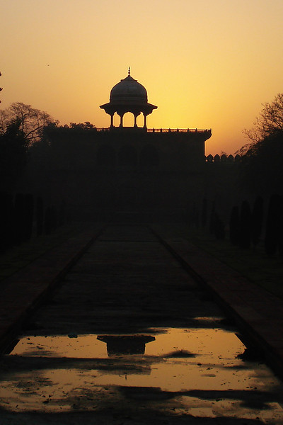 Taj-Sunrise over the East Gate.jpg