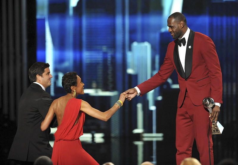 . LeBron James, right, presents the Arthur Ashe courage award to Robin Roberts, center, at the ESPY Awards on Wednesday, July 17, 2013, at Nokia Theater in Los Angeles. (Photo by John Shearer/Invision/AP)