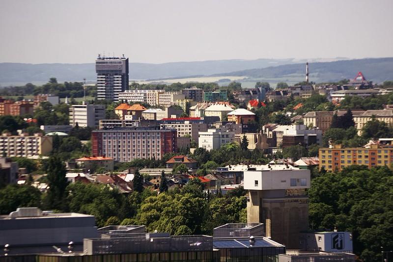 Vpředu vpravo slavný dům na sile, červená budova vpravo uprostřed je hotelový dům, další z budov této akce, a v pozadí dům s vodojemem na Nové ulici