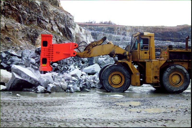 NPK E225 hydraulic hammer on Cat wheel loader (1).JPG