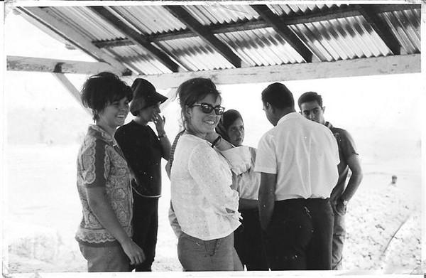 Ne' Josefa, acompanha estudantes universitarios vindos do exterior para visitar as minas.