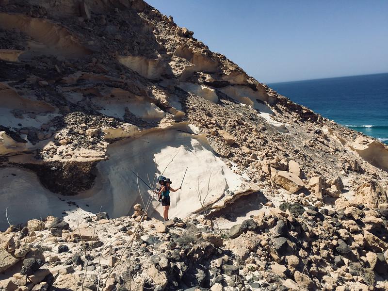 Het klippenpad vlak voordat we het strand van Barlovento bereiken.JPG