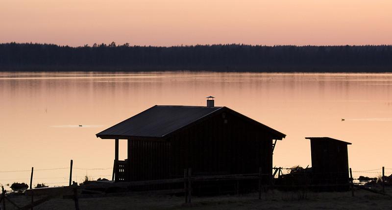 Cottage_at_Hornborga_lake.jpg