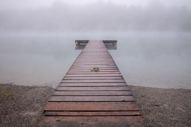 Steg am Kuhsee im Nebel, Augsburg, Schwaben, Bayern, Deutschland