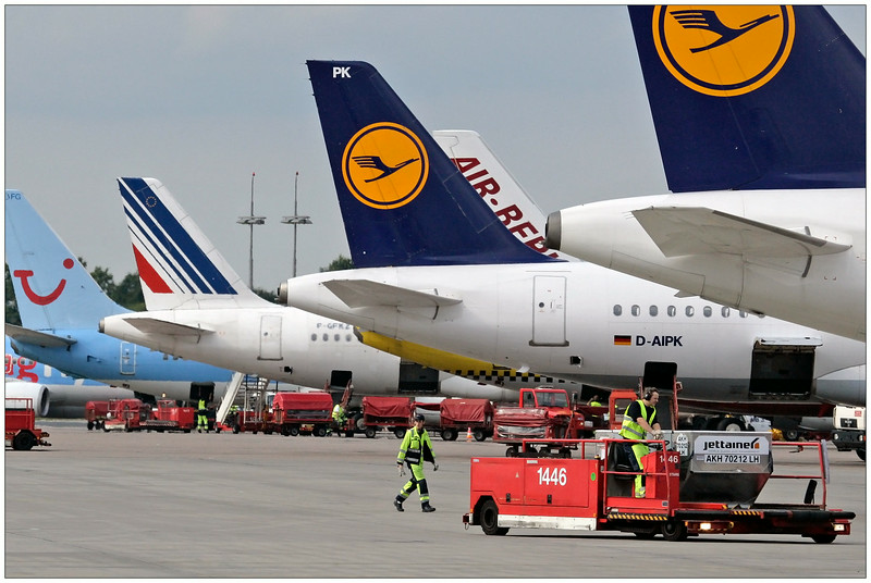 | Flughafen Hamburg auf dem Vorfeld bei der Abfertigung der Flugzeuge | Flugzeuge | Bild Nr.: 20070819-_J0D9160-Andreas-Vallbracht