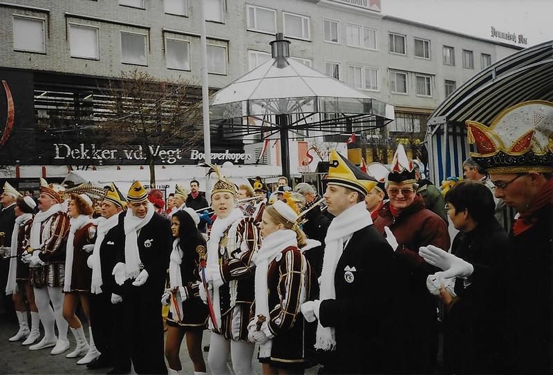 Onderscheiden van de Ridder van Knotsenburg op Plein 1944