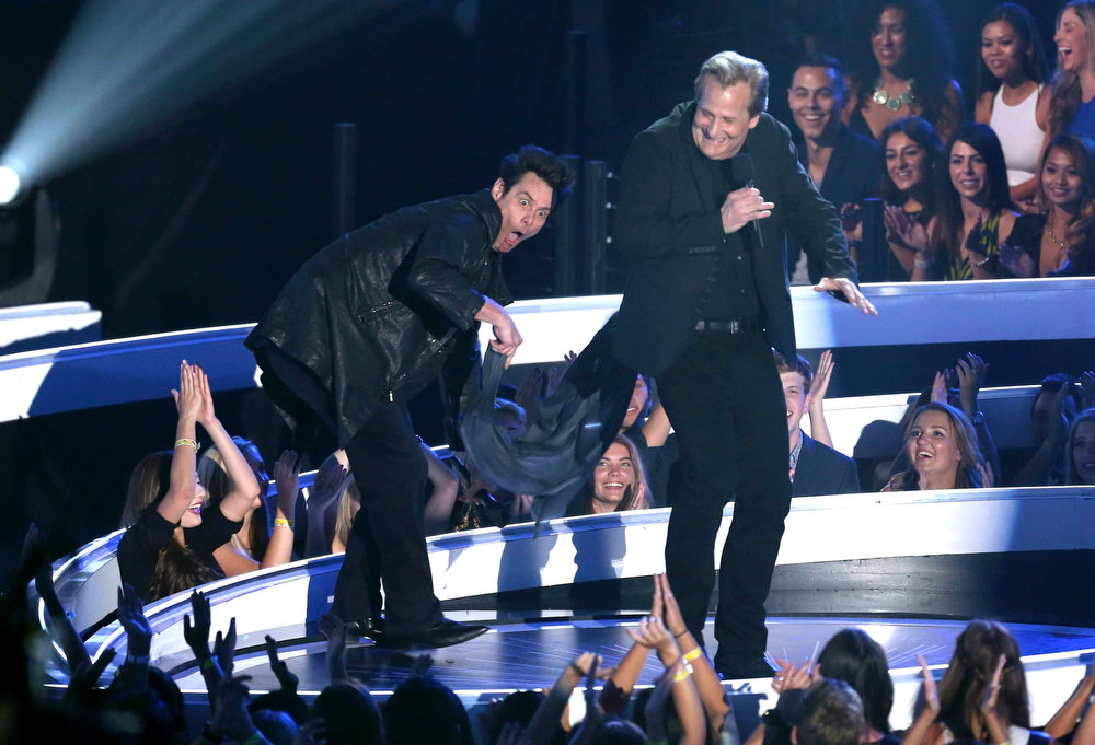 . Jim Carrey, left, and Jeff Daniels present the award for Best Pop Video at the MTV Video Music Awards at The Forum on Sunday, Aug. 24, 2014, in Inglewood, Calif. (Photo by Matt Sayles/Invision/AP)