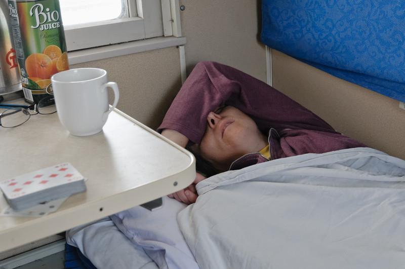 Helga holt den Schlaf nach, den sie in der Nacht nicht bekommen hat. Ihr geht es schon wieder etwas besser.