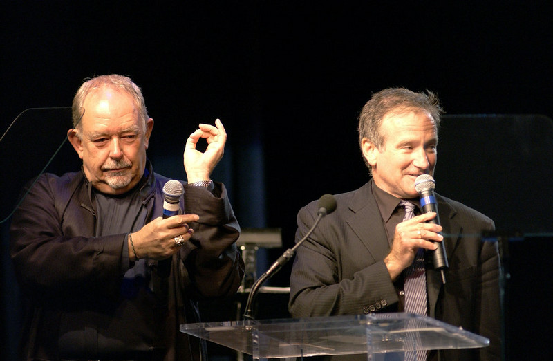 ". Actor Robin Williams (R) and television personality Robin Leach auction off items to guests during ""Celebrity Fight Night IX\"" fundraiser at the Arizona Biltmore Hotel on March 15, 2003 in Phoenix, Arizona.  Celebrity Fight Night is a non-profit organization which raises money for several national research centers and charities.  (Photo by Robert Mora/Getty Images)"
