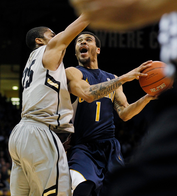. California guard Justin Cobbs, right, drives the lane for a shot as Colorado guard Spencer Dinwiddie covers in the second half of Colorado\'s 81-71 victory in an NCAA basketball game in Boulder, Colo., Sunday, Jan. 27, 2013. (AP Photo/David Zalubowski)