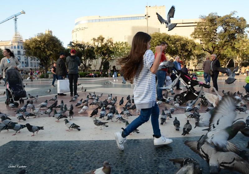 ילדה בככר קטלוניה.jpg