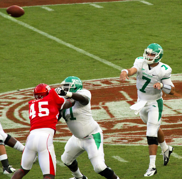 UNT's Thompson passing the ball