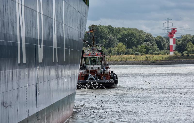 Schlepper bugsier 5 am Schiff Hyundai Victory in Hamburg Containerterminal Altenwerder