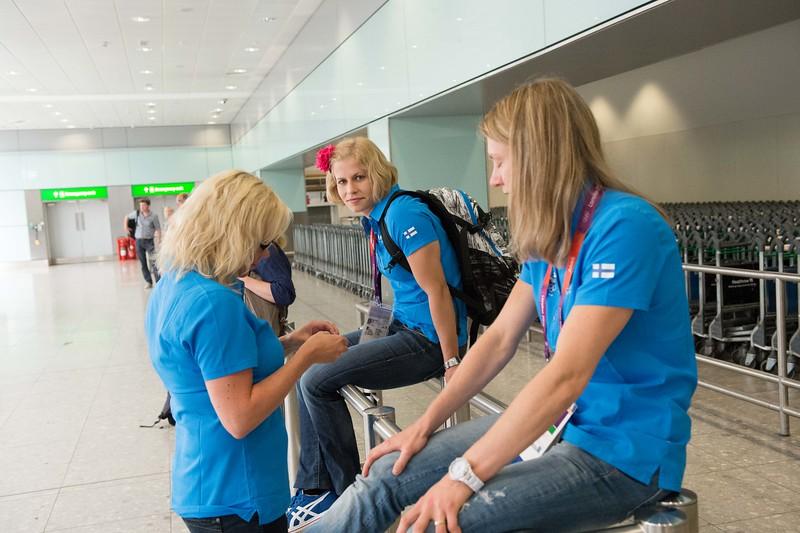 Finnish athletes waiting their luggages__25.0712_London Olympics_Photographer: Christian Valtanen_London_Olympics_25.07.2012__ND46102_