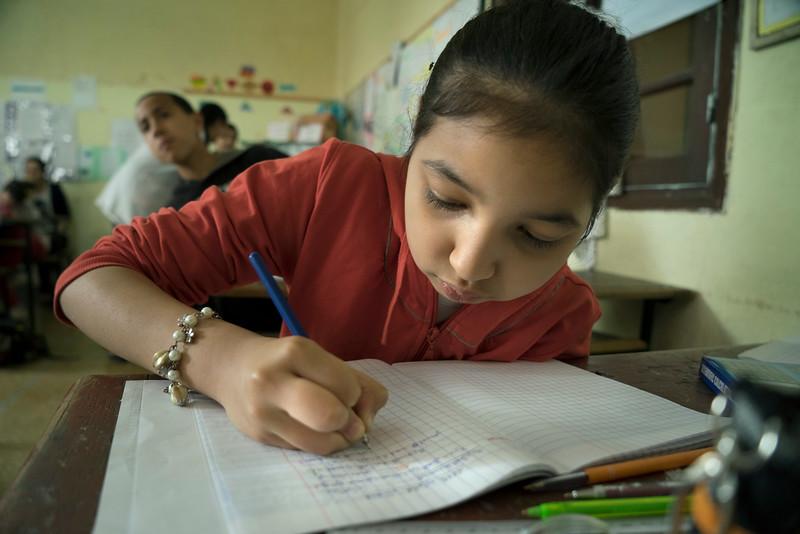 Basissscho0l  Medina Fez meisje schrijft 05874.jpg