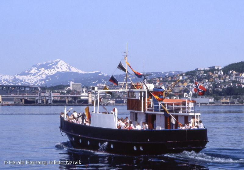 """Motorfergen """"Rovdehorn"""" med turister på Narvik havn.  Båten gikk her to somre, midt på 80-tallet. Det var en driftssikker båt sertifisert for 100 personer. Skipper het Egil Viktor Paulsen. Båten tilhørte på denne tiden partsrederiet Rovdehorn, Åndalsnes. Etter Narvik ble båten solgt sørover til Horten og fikk navnet """"Moderen"""".  Langt senere, fra omlag 2000 til 2015 seilte fergen """"Gjøa"""" i turisttrafikk på Narvik og omegn. Kilder fra Facebook, bl.a. Tore Waage, Frode Lundberg og Egil Viktor Paulsen."""