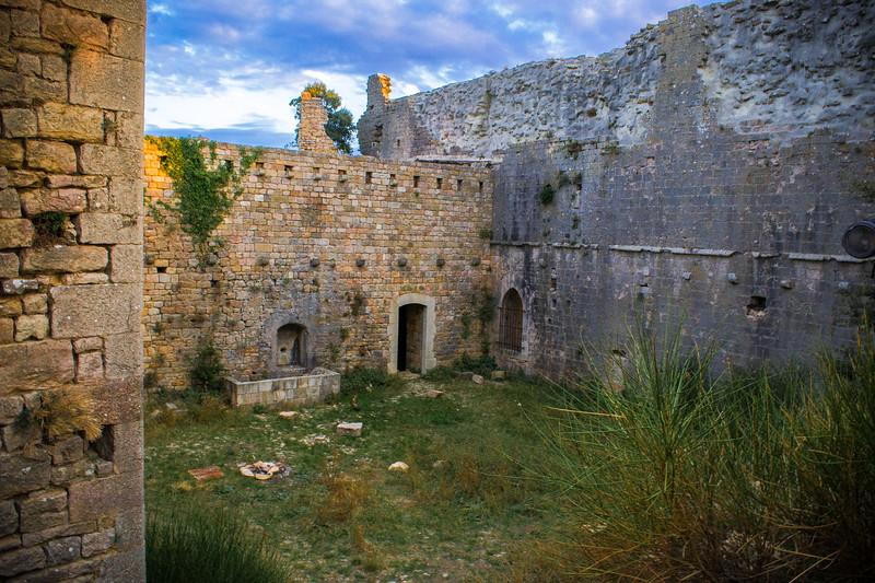 Cour intérieure du castellas de Forcalqueiret