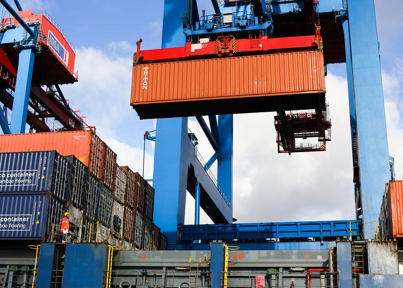 Container mit Containerbrücke bei der Verladung auf ein Schiff Burchardkai Hamburg