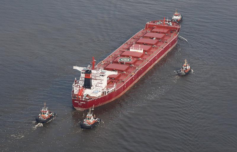 Massengutfrachter mit 4 Schleppern Luftbild Hamburg Elbe