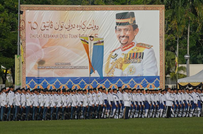 Das Bild des Sultans war allgegenwärtig. er sah so jung aus wie immer.