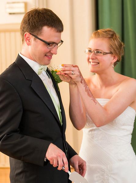 Bride feeding groom cake 1.jpg