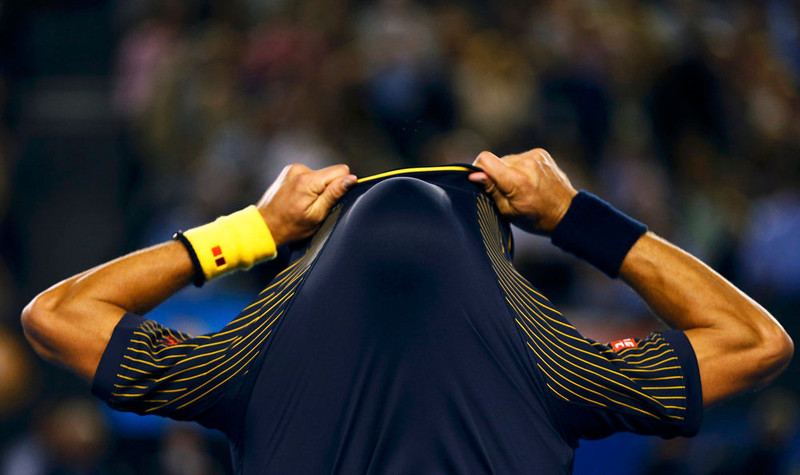 . Novak Djokovic of Serbia removes his shirt during his men\'s singles final match against Andy Murray of Britain at the Australian Open tennis tournament in Melbourne, January 27, 2013. REUTERS/Tim Wimborne