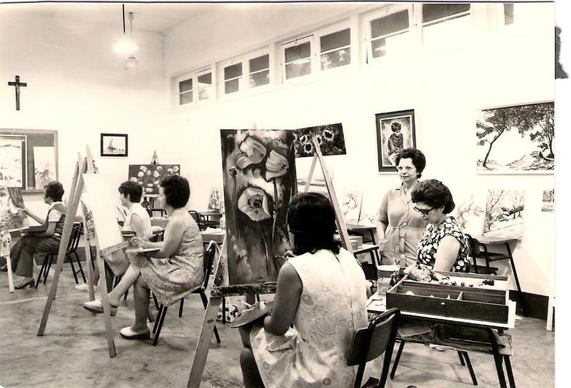 Aulas de pintura - Professora Mercês Teixeira, Nercínia Peleja, Luisa Aragao e Brito , ao fundo Sra. de Aparício