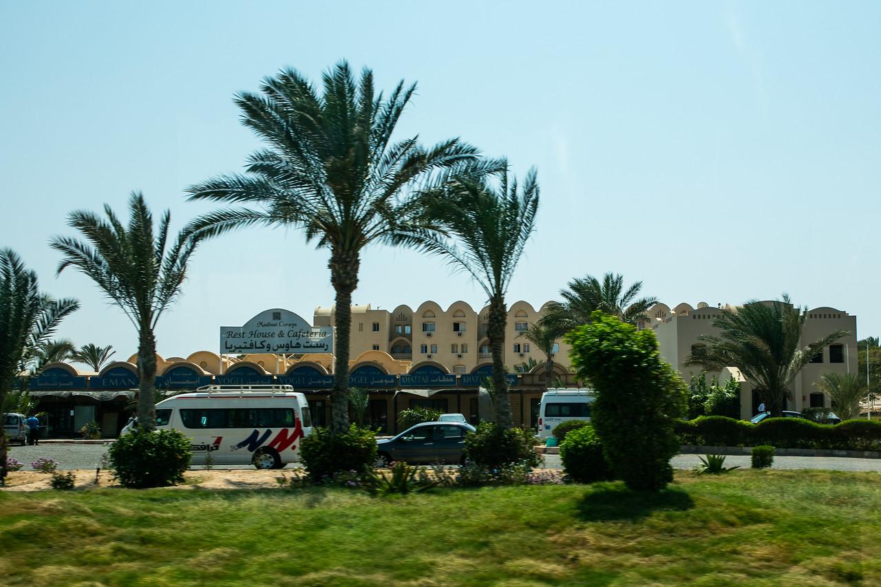 Egipt; Krajobraz; PrzezOknoAutobusu; Safari; pustynia; W pobliżu resortu turystycznego